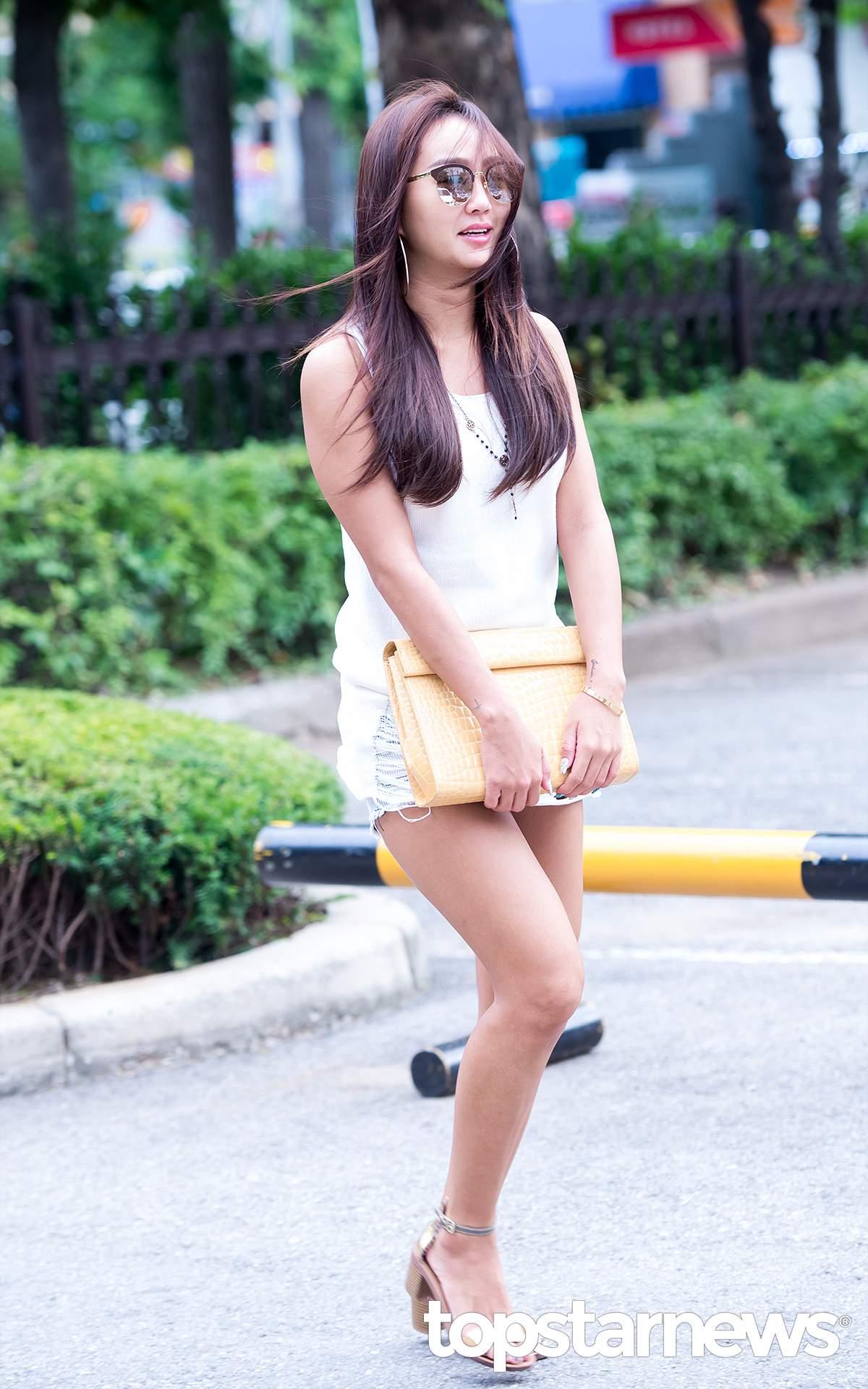 大氣的女孩可以學孝琳用一件長款的白色背心搭超短褲,更顯女王感。