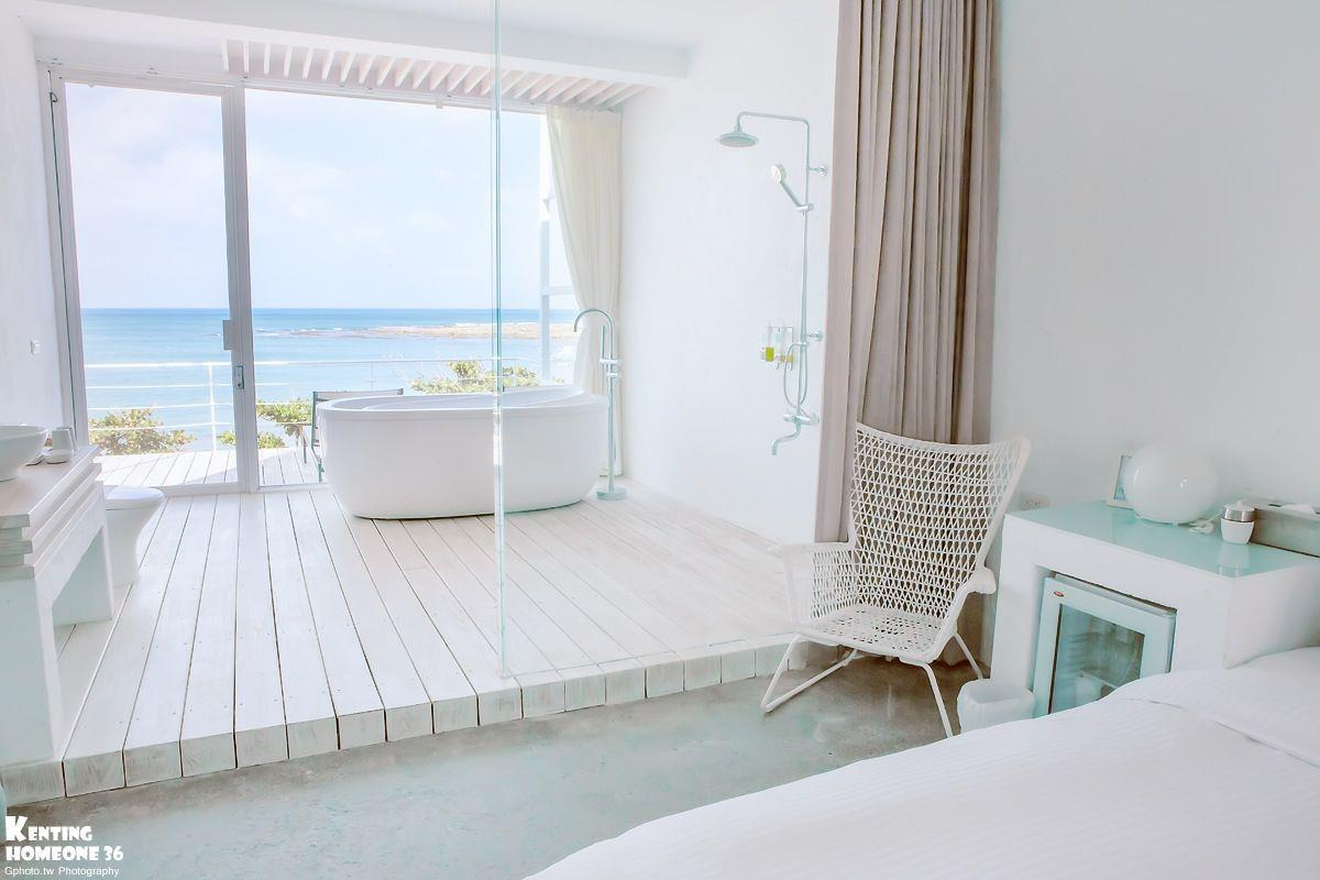 房間長這樣超犯規der!!!落地窗外面就是一整片墾丁的大海,晚上還可以邊泡澡邊欣賞海景和星空, 整個超級浪漫的呀~~~ (〃∀〃)~♡