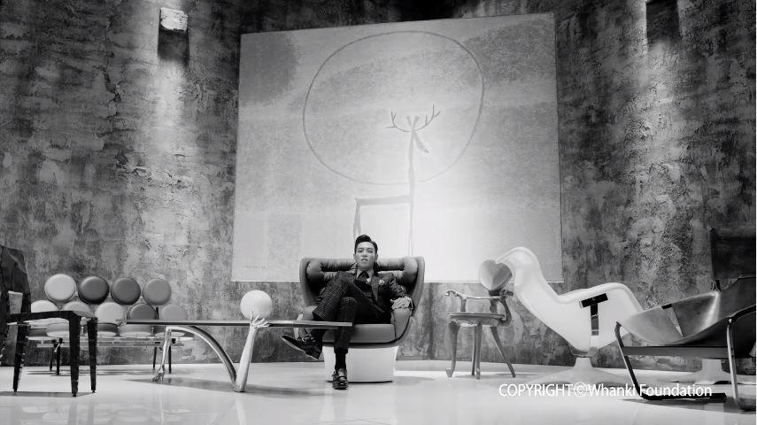 當然有在發摟他IG的粉絲一定會被他滿滿的藝術品與家具照片洗版!他鍾愛的椅子也直接拿來當《Doom Dada》MV的道具啦~