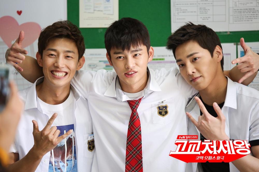 李太奐和姜其永過去一同出演了2014年tvN的月火劇《高校處世王》,飾演了男主角徐仁國的好朋友,這時候看起來真的很青澀耶~~~
