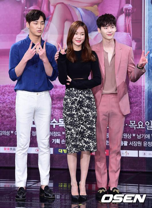 最近討論度非常高的科幻韓劇《W》,除了劇情本身很吸引人以外,男一男二的花美男臉蛋也是個重點啊~~~男二真的很高欸(驚)