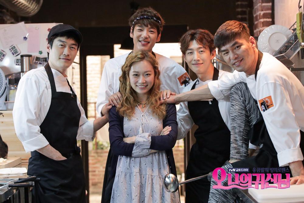 去年在演出《Oh 我的鬼神君》之前,姜其永也出演了MBC月火劇《輝煌或瘋狂》,在劇中則飾演王式廉家之子。