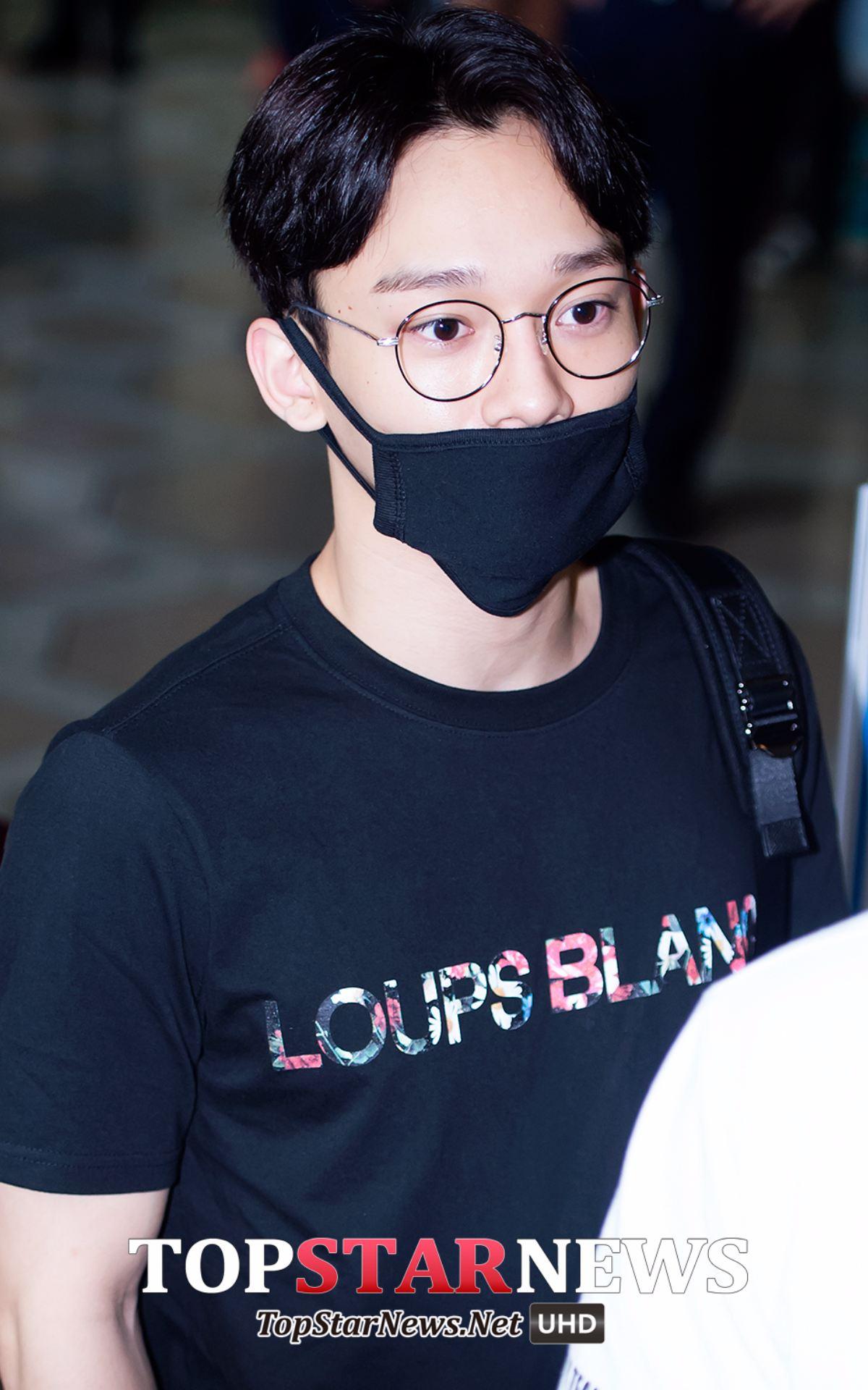 說到EXO,CHEN的這張真的太讓人驚艷了!雖然說記者的打光也是有點幫助,但是膚質真的太好了吧!而且沒有太多黑眼圈太羨慕!