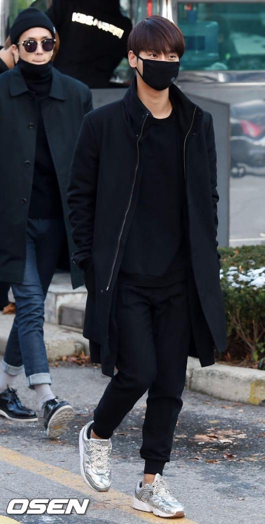 除了LEO之外,VIXX中最適合黑色與黑口罩的黑N(超壞~~老實說覺得他這招很厲害,全部黑色反而襯托出他其實也沒那麼黑阿~(二度傷害