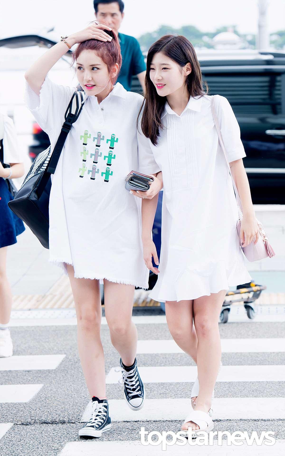 Somi跟彩妍則都是白色小洋裝~而Somi這身長版T恤洋裝搭配可愛的仙人掌圖案,被媒體評為超完美啊~害我也想買一件了啦~