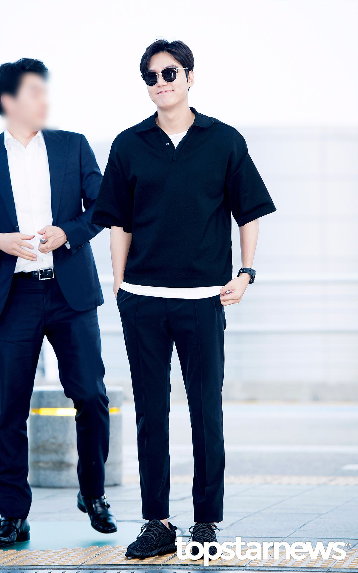 李敏鎬也是黑不拉基~但是裡面搭配的白T恤看起來很畫龍點睛欸~