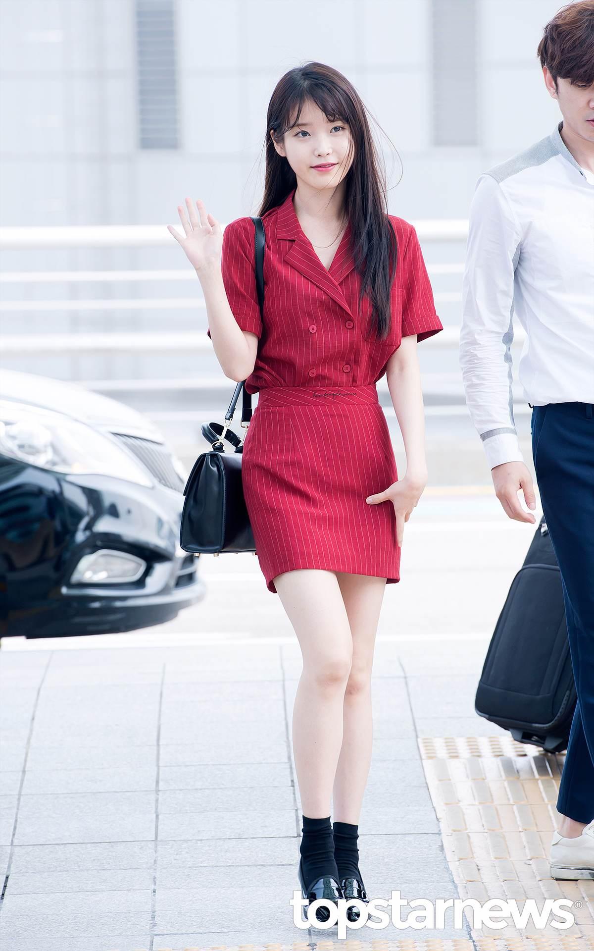IU則是紅色套裝比較成熟一點~而且這顯露腰身的洋裝,顯得她腰跟屁股都好小唷(羨慕~~)