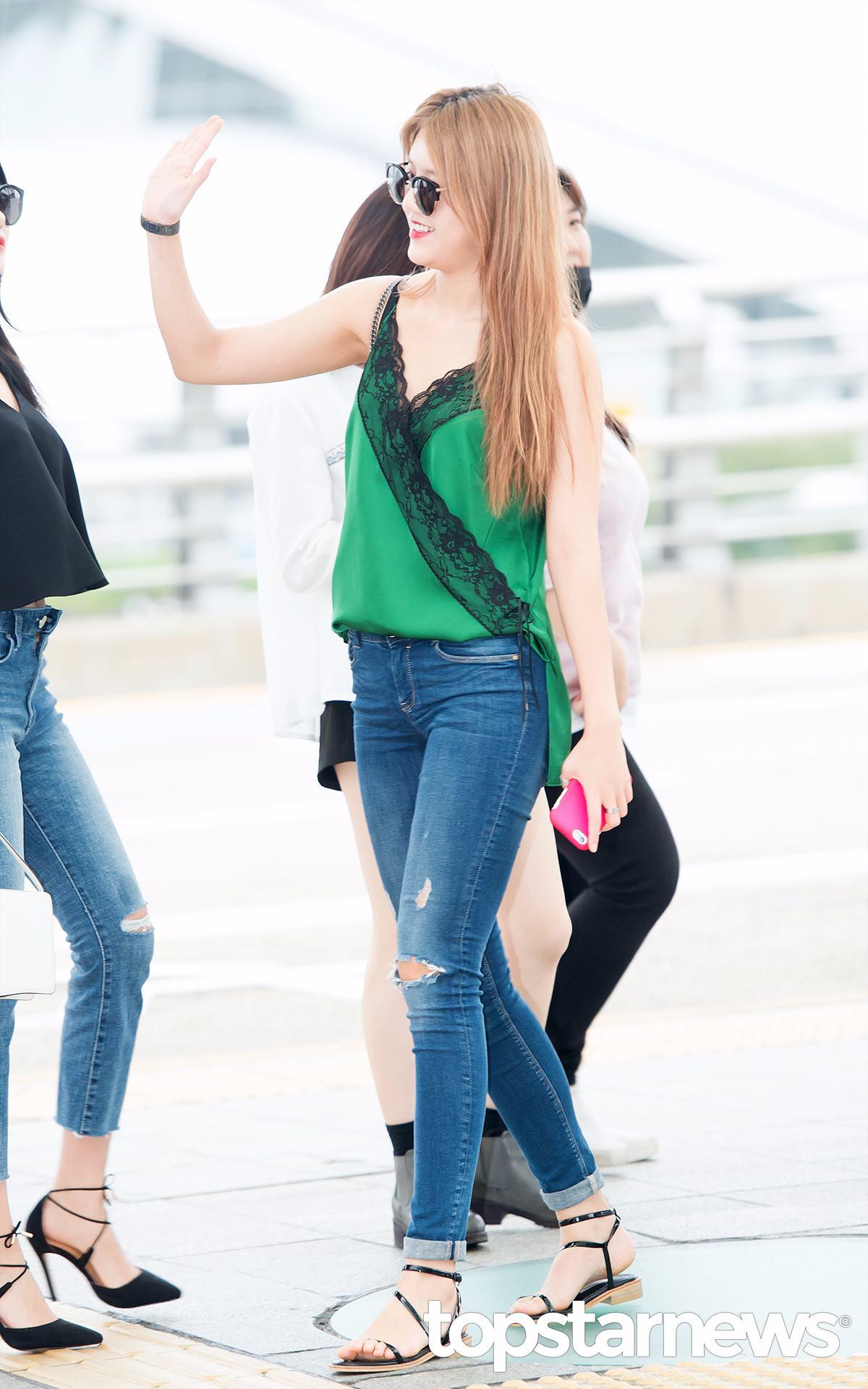 像是AOA的惠晶日前才穿一席綠色緞面的背心被攝影葛格拍到,感覺就是在閨房裡面才會換上的衣服,竟然變成機場時尚啦~