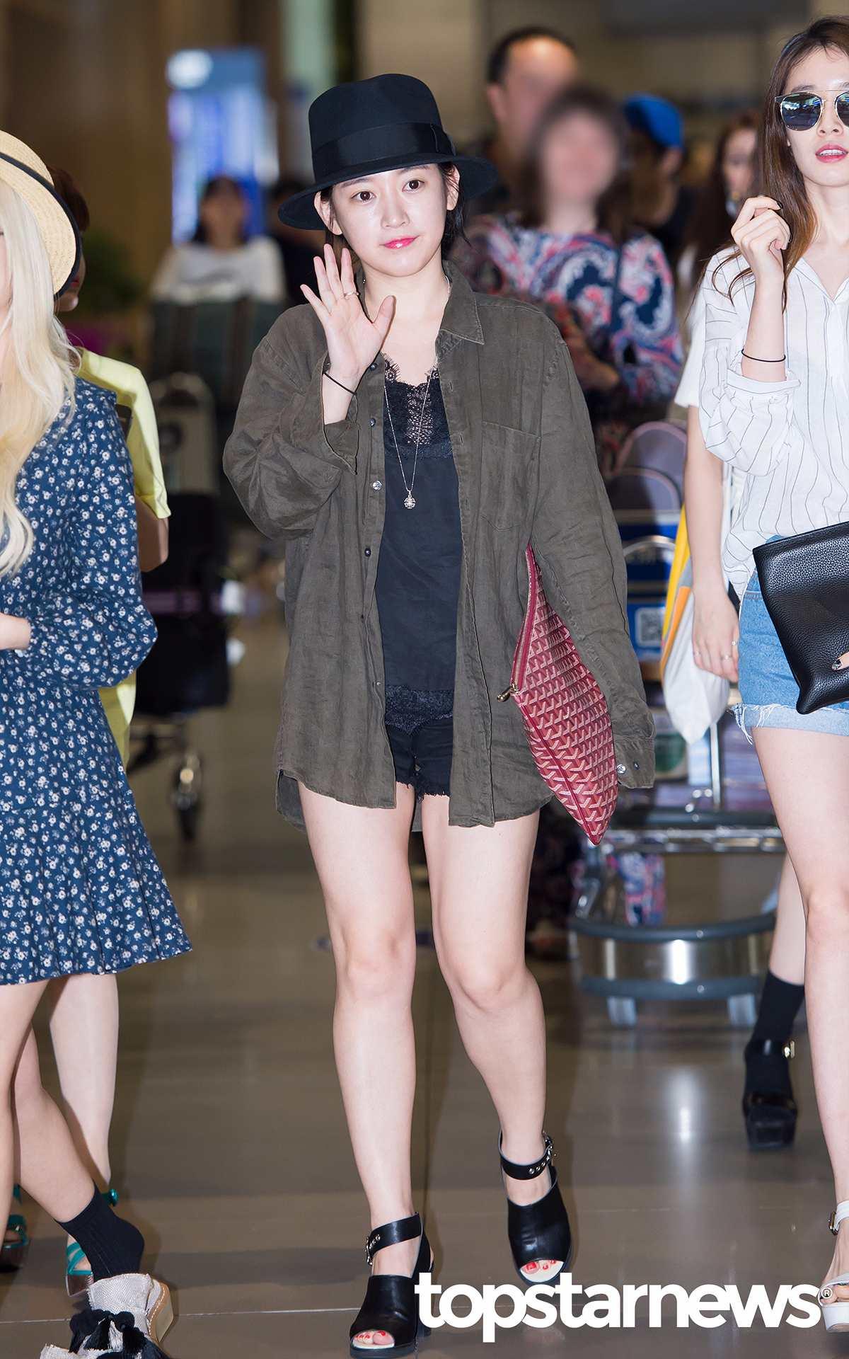 T-ARA昭妍也有類似款~裡面的黑色蕾絲若隱若現,在一片黑色穿搭中就不顯得無聊囉~