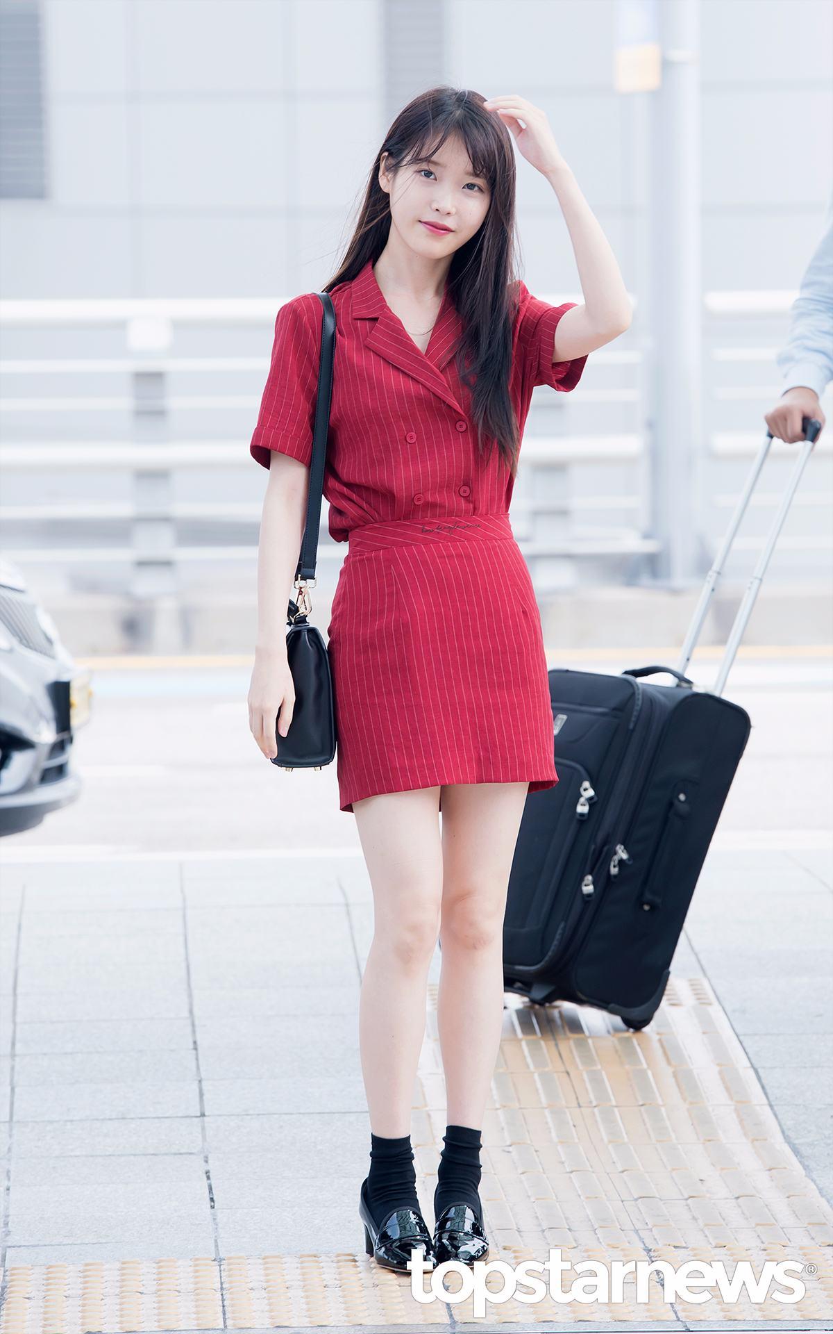 IU在最近的機場私服中穿的這一身紅色格紋套裝,就是來自該品牌。
