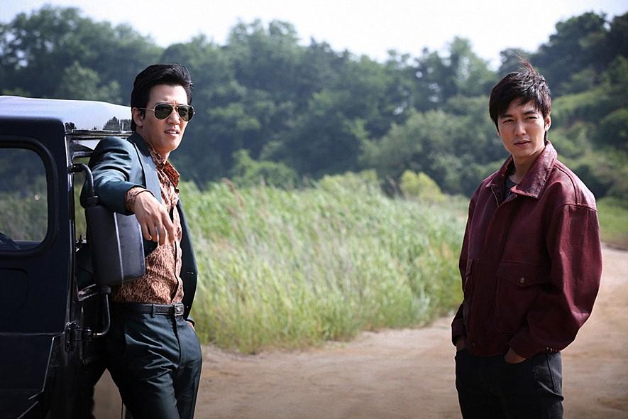 李政宰說,李敏鎬去年主演的電影《江南1970》的製作人,跟他關係很好,李敏鎬知道了之後,跑去找李政宰說:「前輩,請我喝一杯吧!」向李政宰先伸出了友好的手~