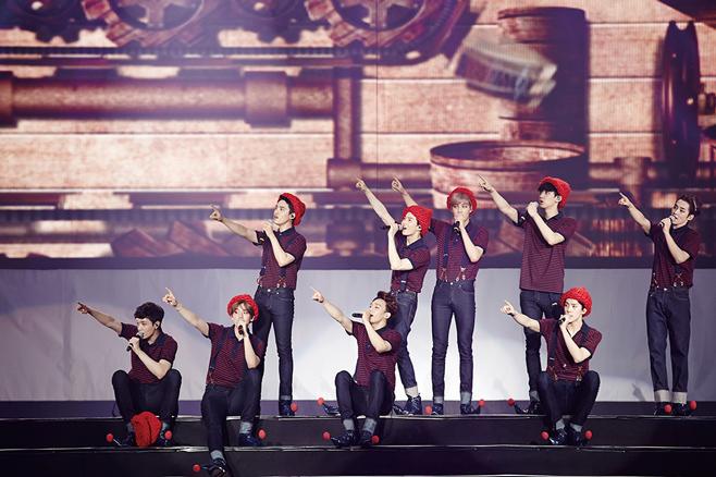 是EXO狂粉等級的寶劍也被目擊周末去參加了EXO的演唱會,當看到燦烈露出腹肌的時候,寶劍還先看了看自己的肚子然後和旁邊的女粉絲們一起尖叫,這樣還不可愛嗎XD