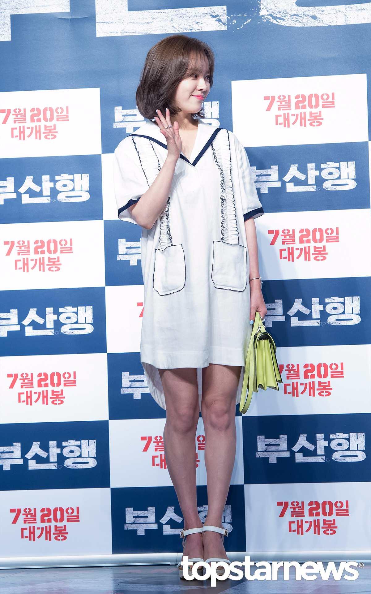 韓志旼 ✪ 亮眼童顏LOOK 韓志旼(82年生)的海軍裝充滿了可愛魅力,童顏外貌和亮眼的連衣裙吸睛力十足。沒有太多配飾,只是用純白造型彰顯出特有的樸素之美,手中的包包是一大亮點!