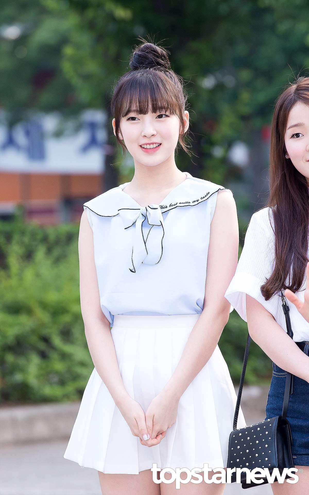 ARin ✪ 可愛的小裙子 最近大熱的網球裙也是非常適合演繹海軍裝的單品喲!ARin用以海軍領和絲帶裝飾的女士襯衫搭配白色網球裙,全部扎上去的丸子頭更加提升了可愛的氣質呢~