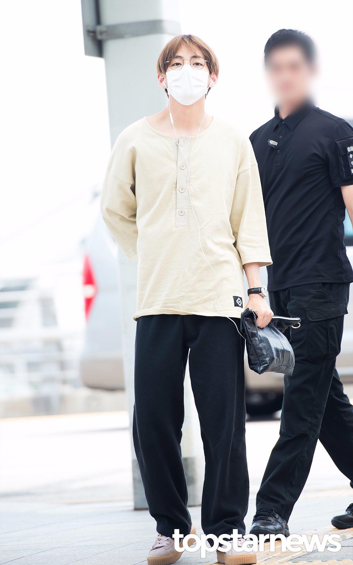 另一邊V的機場時尚也是....(小編不懂),不過有人說是阿揪西(大叔)概念,米色的寬鬆上衣加上寬鬆的褲子,手拿包不仔細看還以為是韓國常有的那種黑色塑膠袋XD