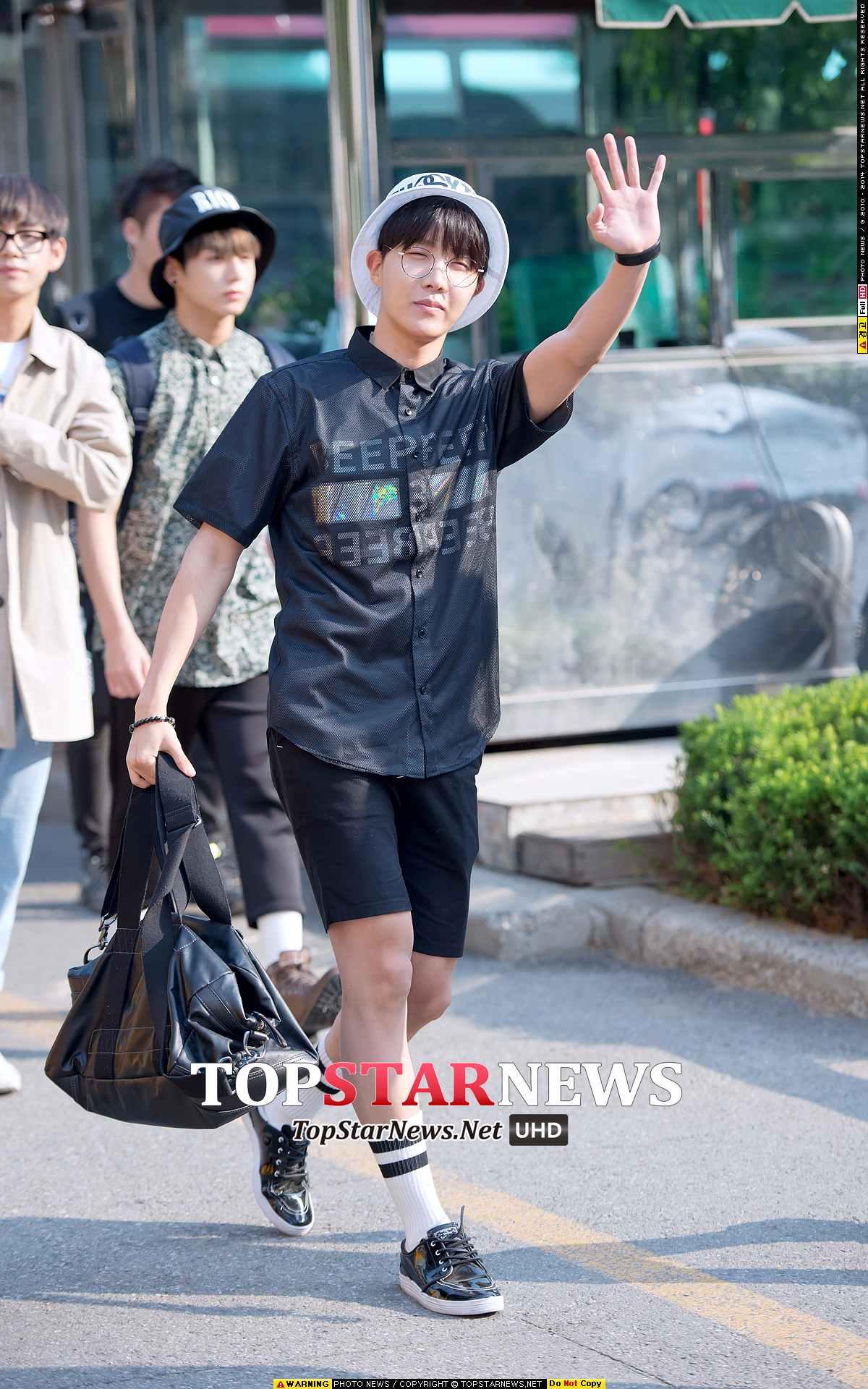 J-Hope這一身就更個性了,也很有韓國小男生的氣質,短褲 X 中短襪,再加上圓眼睛,非常學生氣質,不過比較會難駕馭。