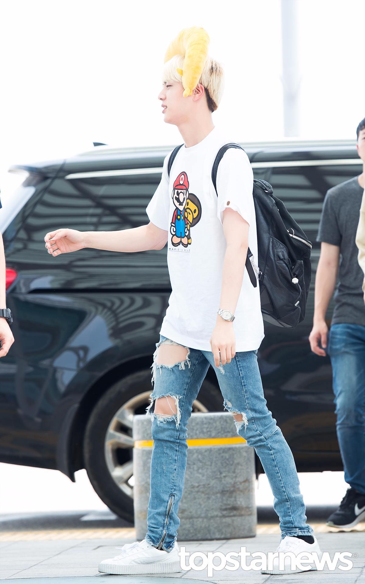 Jin 大哥Jin的這身其實很平常,只是把靠枕戴到頭上是要幹嘛?該不會就此成為新的機場時尚潮流吧!