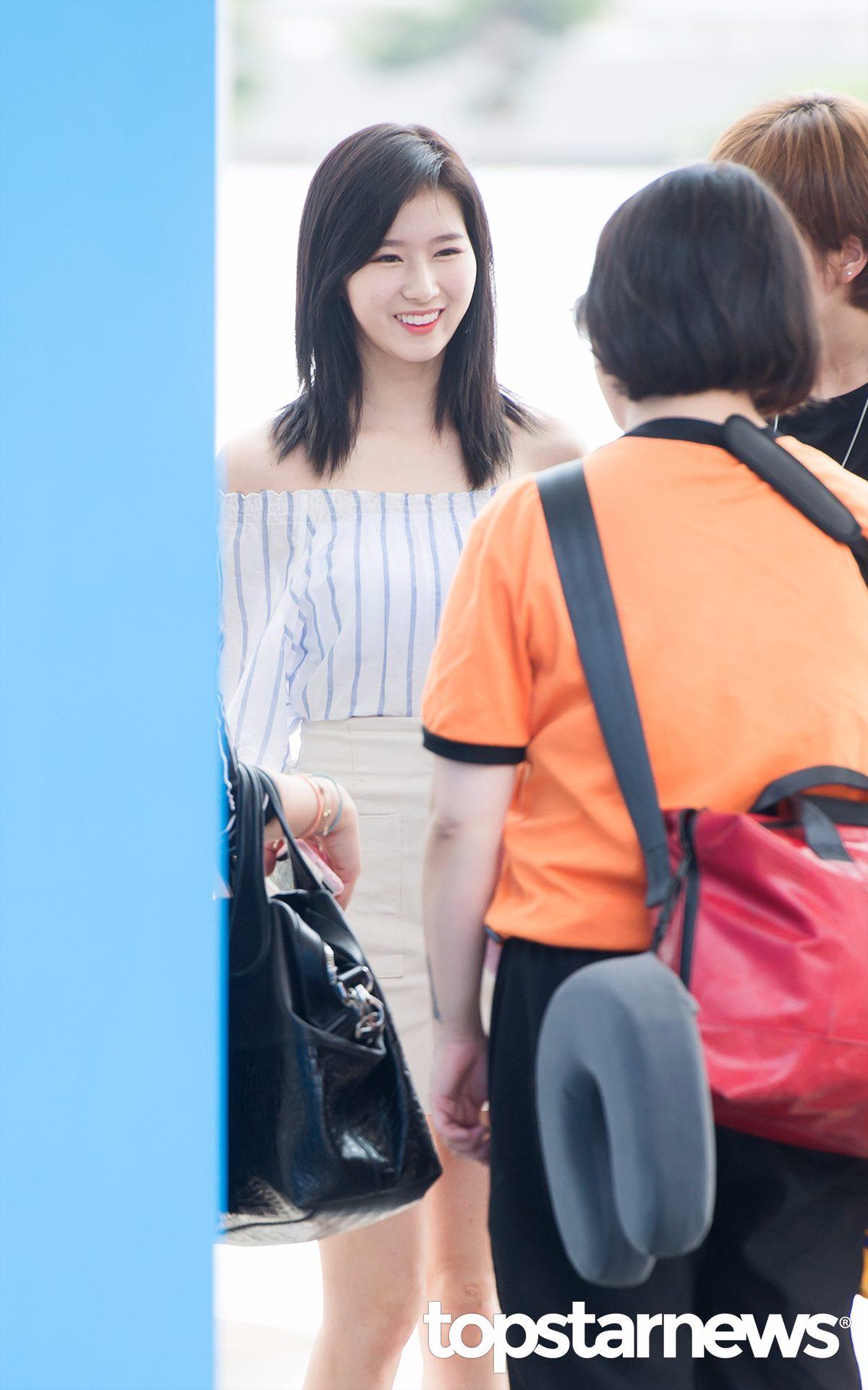 Sana最近也把頭髮剪短了,還染成了黑色,可能是染黑的關係,看起來會有點厚重,偽少女還是更喜歡Sana之前的金髮。