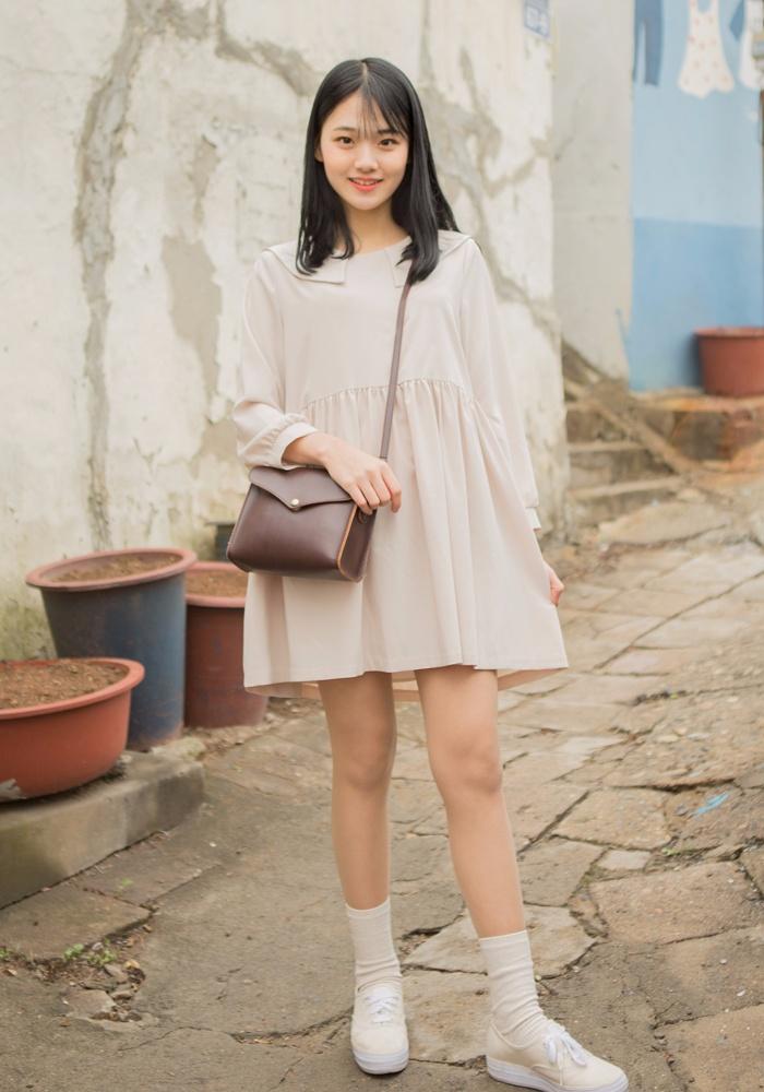 海軍領純色連身裙,寬版的設計,有一種無拘無束的感覺,蓬蓬的感覺非常的可愛❤~