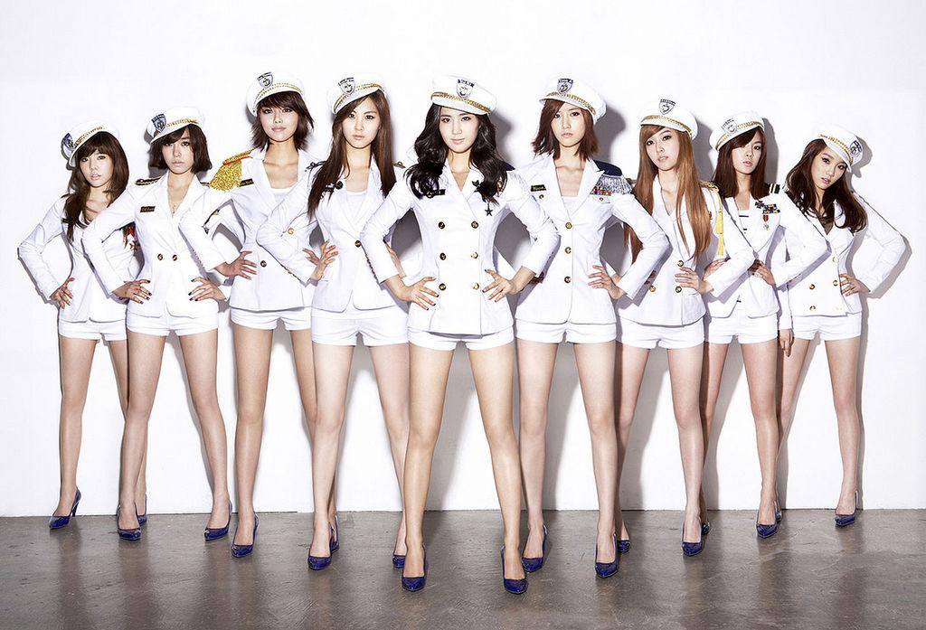 我朋友所說的落下的時尚元素就是☞ 海軍風 韓妞們對海軍風可是都超愛的唷!