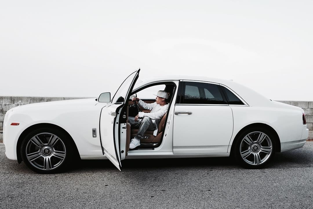 後來成名後與另外一位嘻哈歌手The Quiett創辦經紀公司,光版稅收入就相當可觀的他,也可以常看到他在IG上面秀他的超跑新車,光在他名下的百萬名車就有7輛