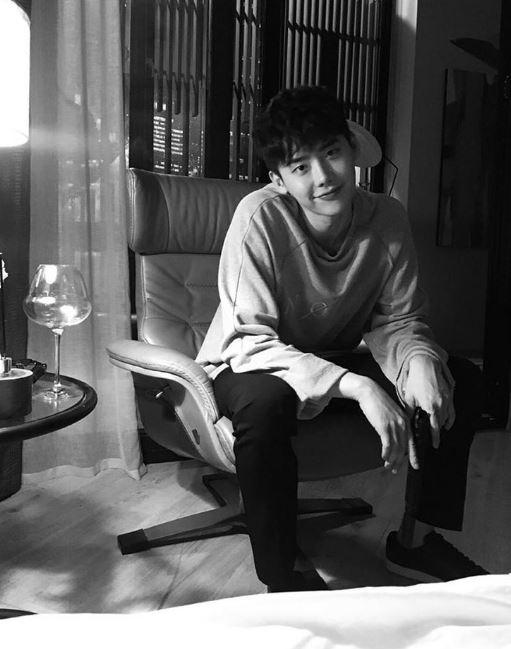 沒想到最近討論度超高的韓劇《W》,編劇也讓李鍾碩這樣把妹XDD 少女們的心臟都要負荷不了啦~~~~~~