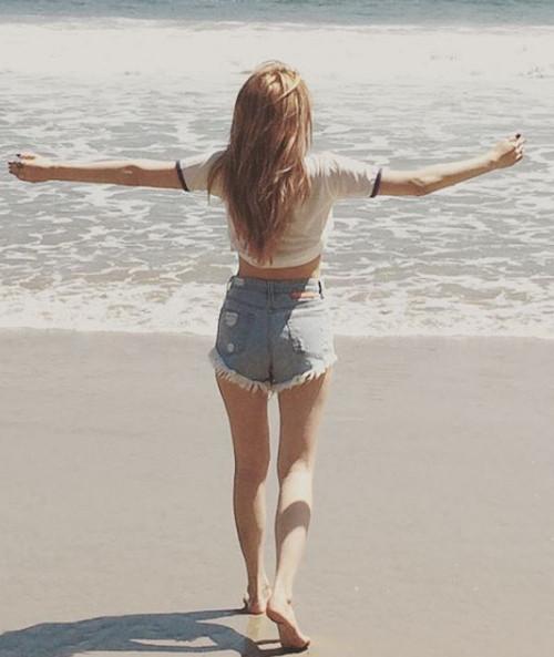 高腰短褲,如果是搭配今年夏天流行的短版T,露出腰部更顯高。