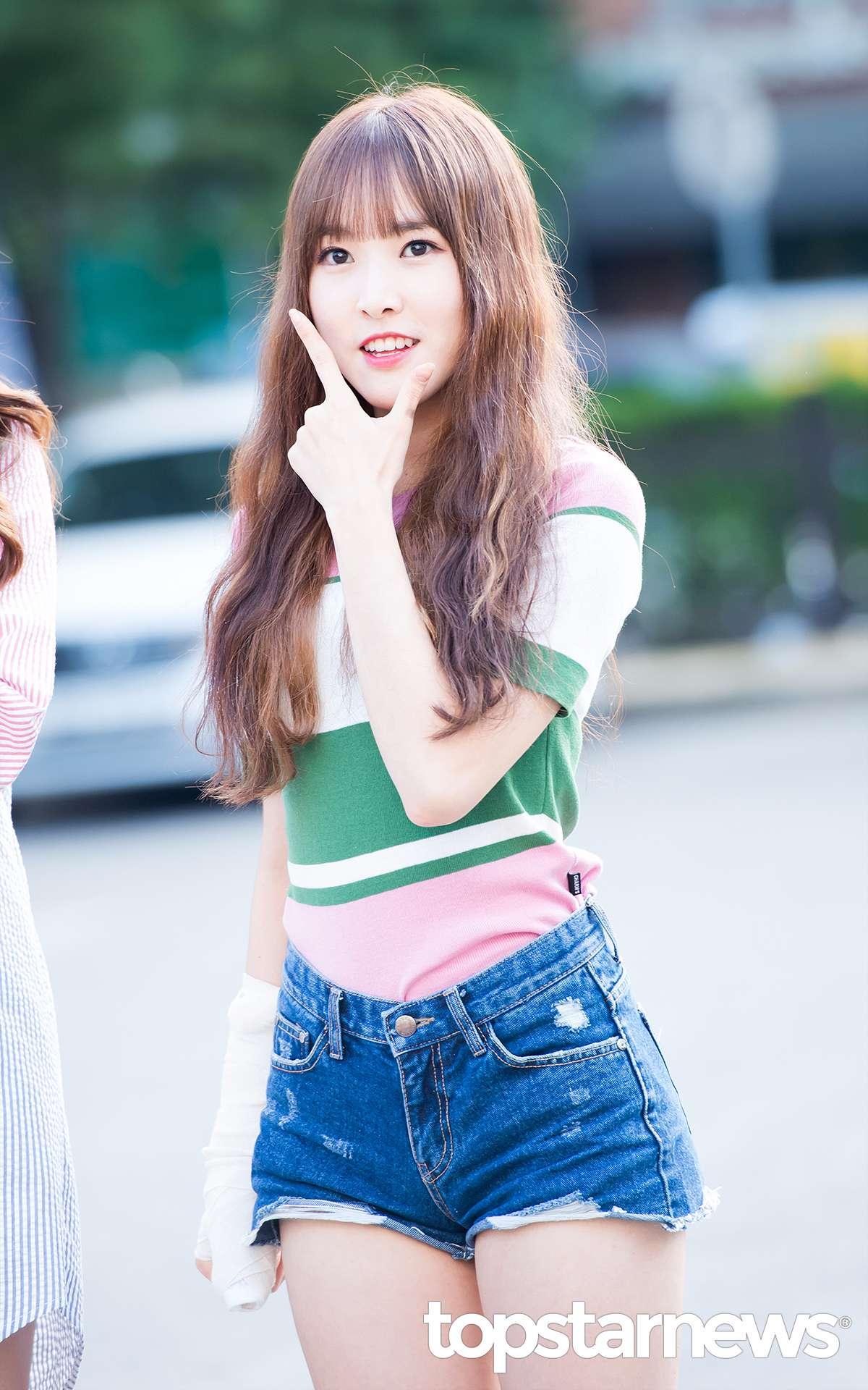 首先也還是Yuju,她最近手受傷了,包好大包感覺很嚴重QQQ