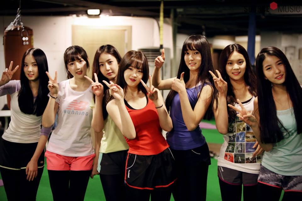 不過韓國網友們好像比較沒有要求少女團體的身材!上回OH MY GIRL表演露出小肚肚肉也被說好可愛~雖然GFRIEND剛出道時很瘦,但現在也很可愛!真的不用特意減啊~