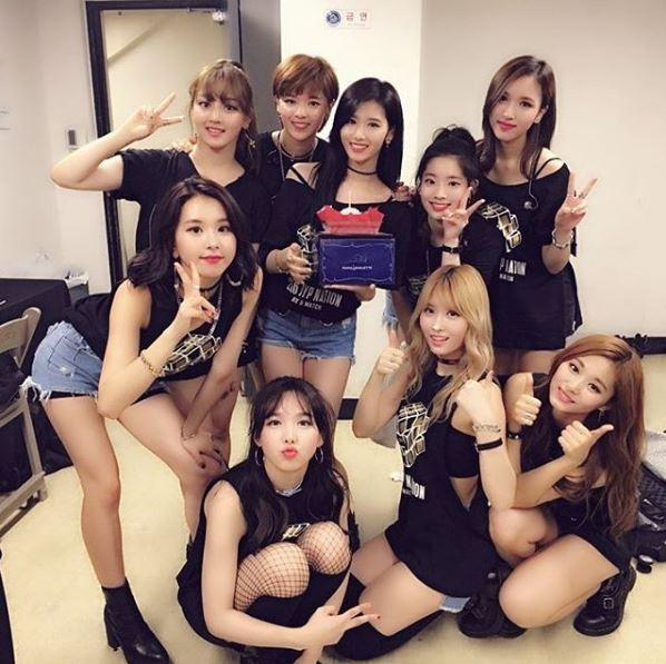 8/7舉辦的JYP Nation演唱會上,MOMO與Mina重演了師姐宣美的《24小時也不夠》!火辣身材配上性感的舞蹈,讓粉絲們大喊「受不了!」