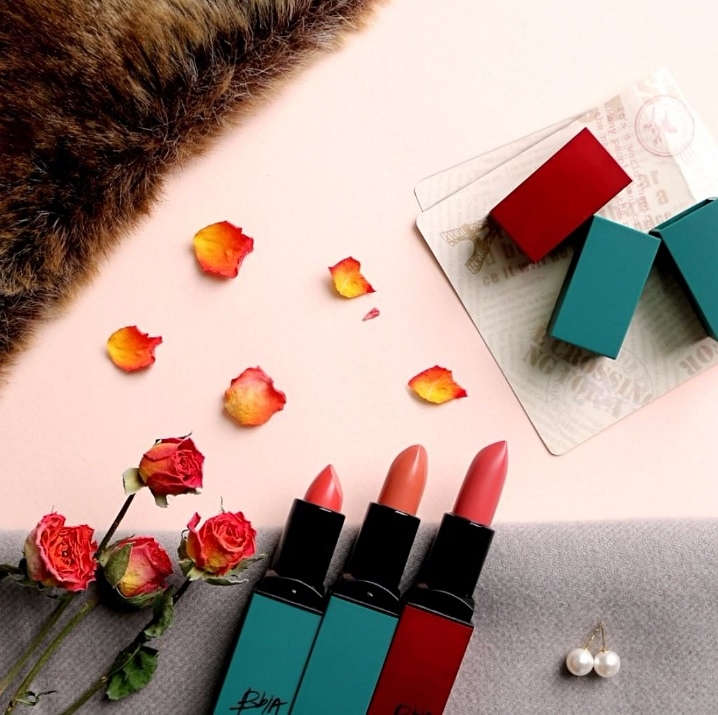 ▶Bbia 謬斯女神完美唇膏 唇膏控絕對不能輕易放過BBIA口紅! 因為他不只顏色飽和、持久、色號多之外,價錢還很可愛(台幣290左右) 系列共有10個顏色,1~5號是紅管包裝,6~10號則是綠管包裝,這隻唇膏連PONY也在用!