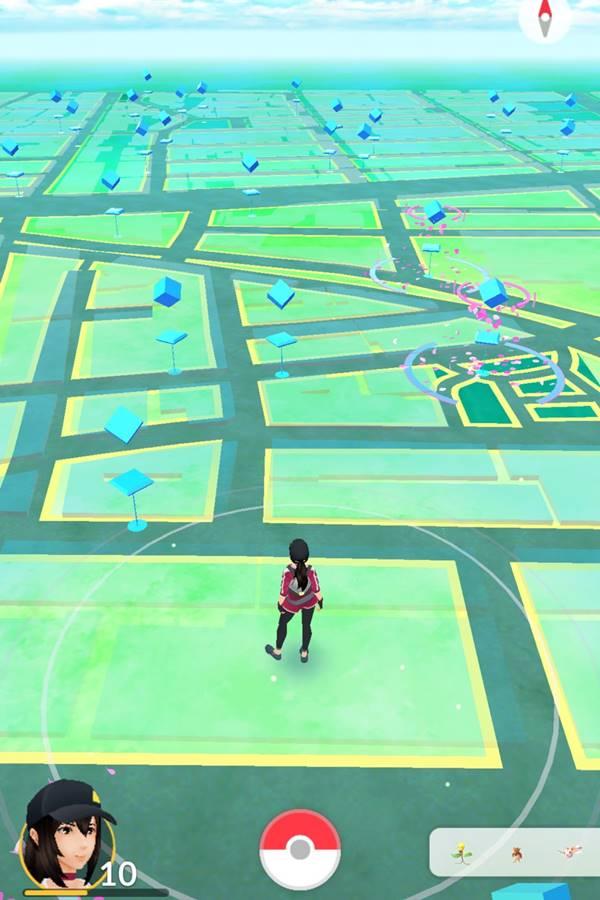 接著你就會跑到這個畫面....可別以為站著就可以動,因為這遊戲就是標榜著要你「動起來」,遊戲會隨著你的GPS走動(如果想用一些作弊的定位方法很可能被鎖帳號喔)而畫面上藍色的方塊就是補給站,必須走到位置才能夠領取寶貝蛋或者是其他獎品。