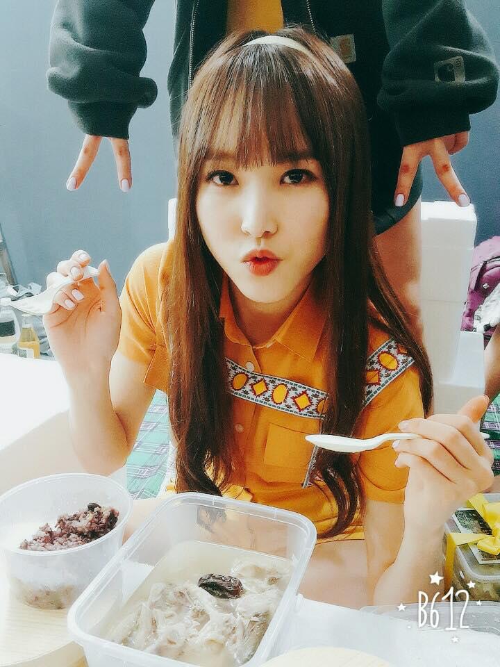 Sowon爆料Yuju比想像中的還不能喝酒很容易喝醉,而且醉了就開始哭,最後公司代表為了逗她就開始對著Yuju唱起歌來~XD