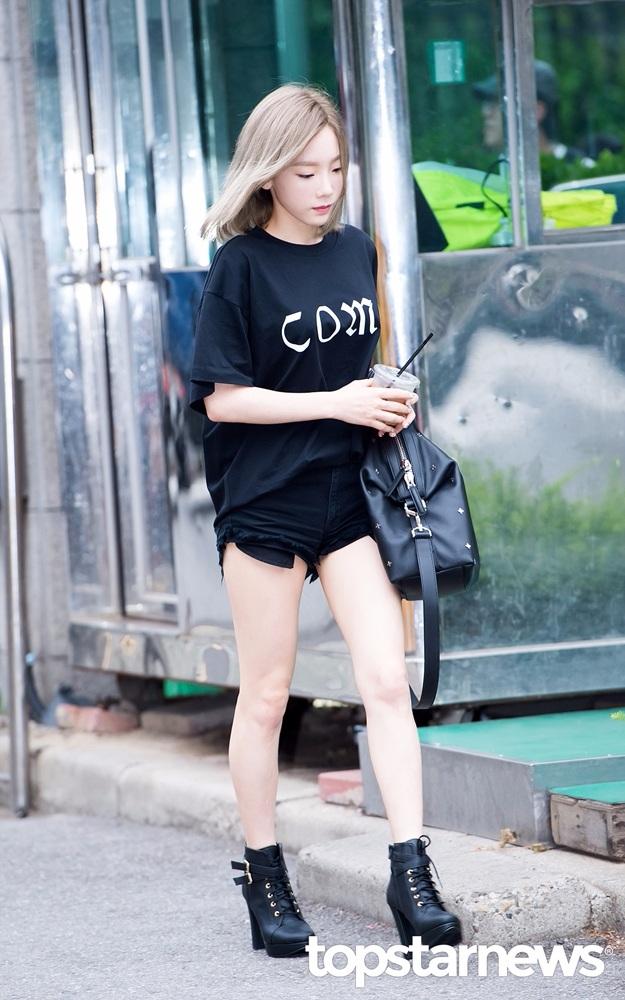 嬌小個子得太妍選擇了簡單黑色T-shirt搭配黑短褲,選擇褲長短一點的款式加上黑色高跟軍靴,整體比例瞬間拉高,腿超顯長的 ~
