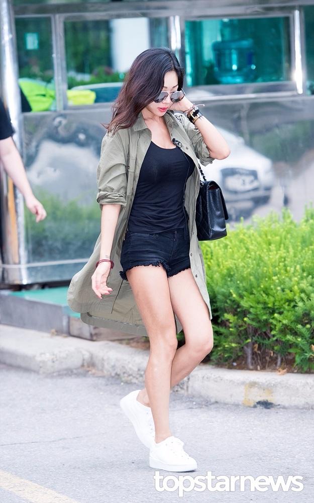 身材火辣的Jessi則是以黑短褲搭配球鞋,這身穿搭非常適合學生族群唷