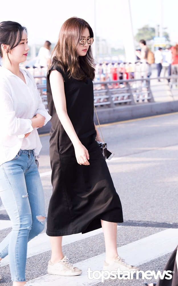 摩登少女推薦大家一定都要有一條連身長黑裙,當每天搭配靈感耗盡時就穿上這件出門就好,快速方便又不失時尚感!