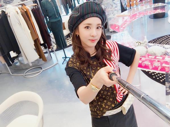 常常光顧YG食堂的有名常客 2NE1的Dara也說過「YG食堂的飯菜有點可惜了...」之類的話。(午餐晚餐點心都在那吃的常客都這樣說了,到底是變得多難吃啊?)