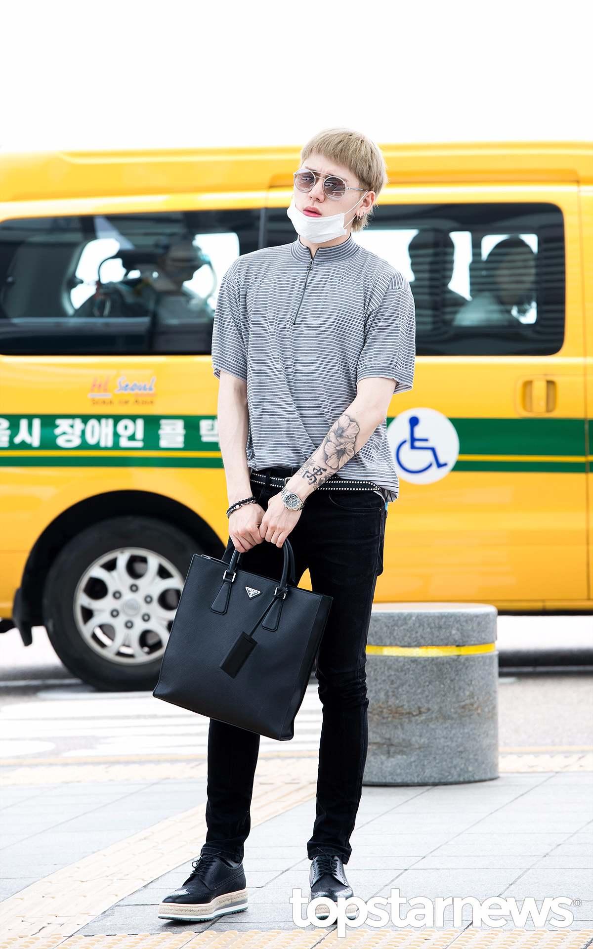 左前臂外側的紋身則是韓國的國花—無窮花,Zico曾到中國、日本、加拿大三個國家留學過,但最後還是選擇回國的Zico,一定是非常愛自己的國家吧!