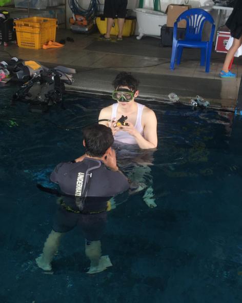 在水裡面依舊帥氣逼人的李鍾碩和