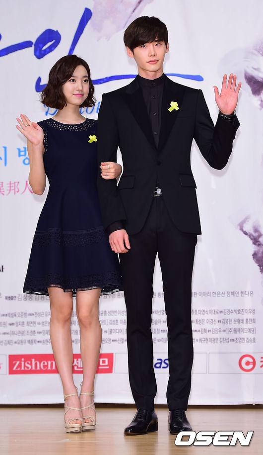 ♥2014年《Doctor異鄉人》 在劇中李鍾碩跟隨了父親朴哲前往北韓生活,自小的耳濡目染,加上本身的勤奮好學,長大後成為了外人眼中的天才醫生-朴勛。