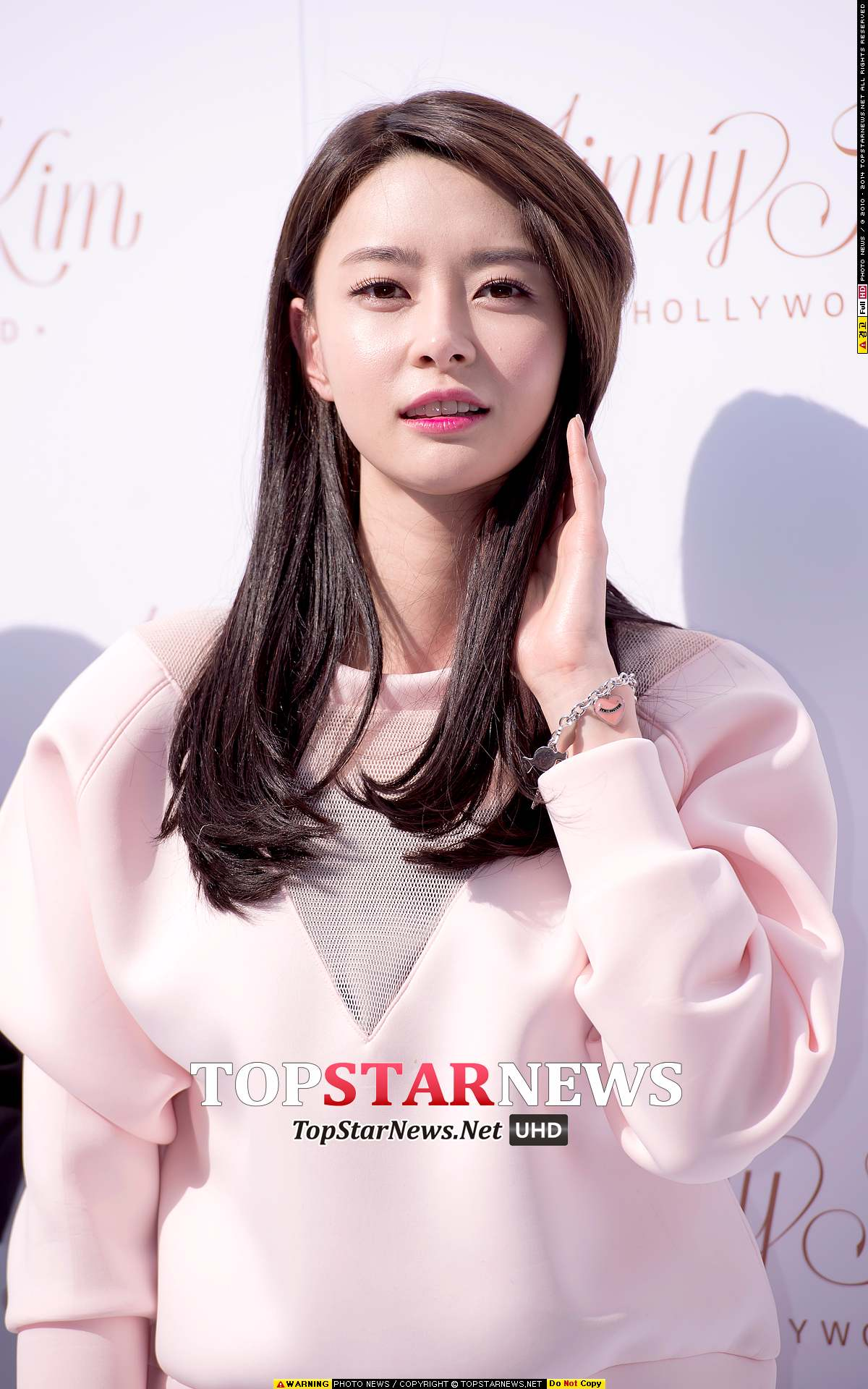 除了身材外,上天還非常不公平的給了Nara毫無屈辱的臉蛋,所以才會被韓國網友贊為「雖然身材比例也很了不起,但臉真的是美得能當演員了」
