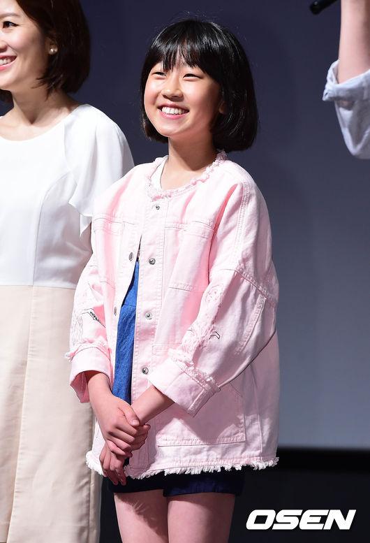 雖說Somi看起來比金歡喜大沒錯,但總覺得這年紀差只差一歲也差得太少了吧XDD  (這張新聞照是今年五月底的照片~)