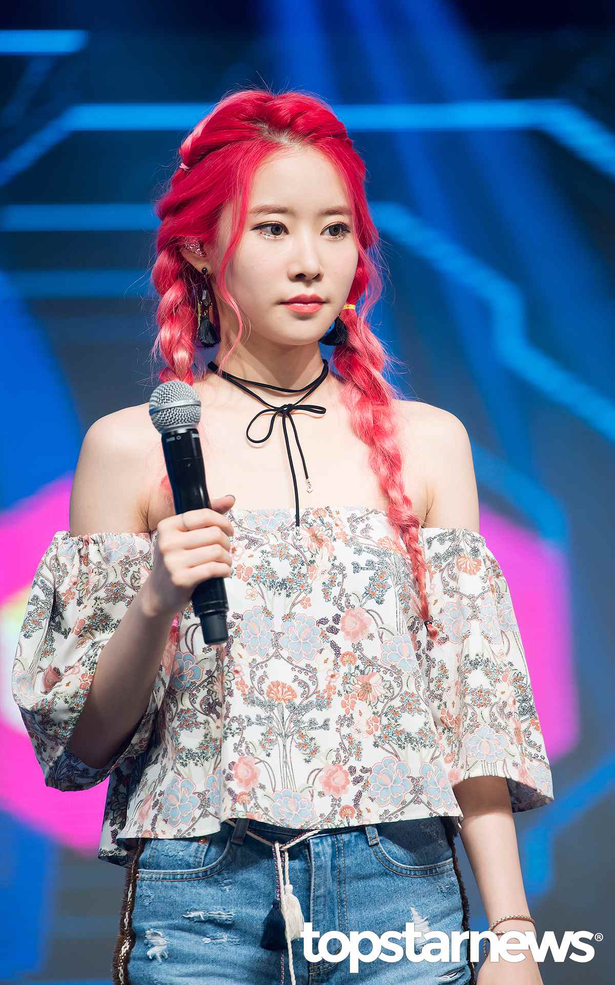 MelodyDay另一位成員車熙的紅色染髮,增加了神秘感!