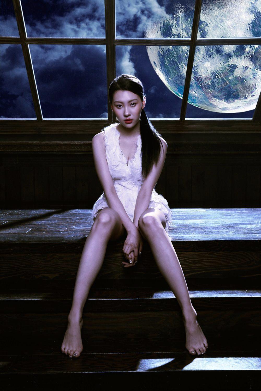 善美為了完成學業,2010年退出Wonder Girls,2013年以〈24小時也不夠〉回歸歌壇,這位傳說中的練習生,則是替善美featuring了〈Full Moon〉這首歌曲,大家有回想起是誰嗎?