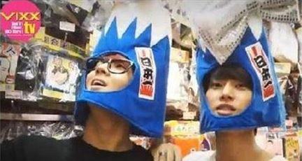 SBS NEWS在8月15日突然報導3年前的VIXX,在日本的時候,到玩具店選頭套帽子,成員Ravi跟N把有「旭日旗」的帽子戴在頭上