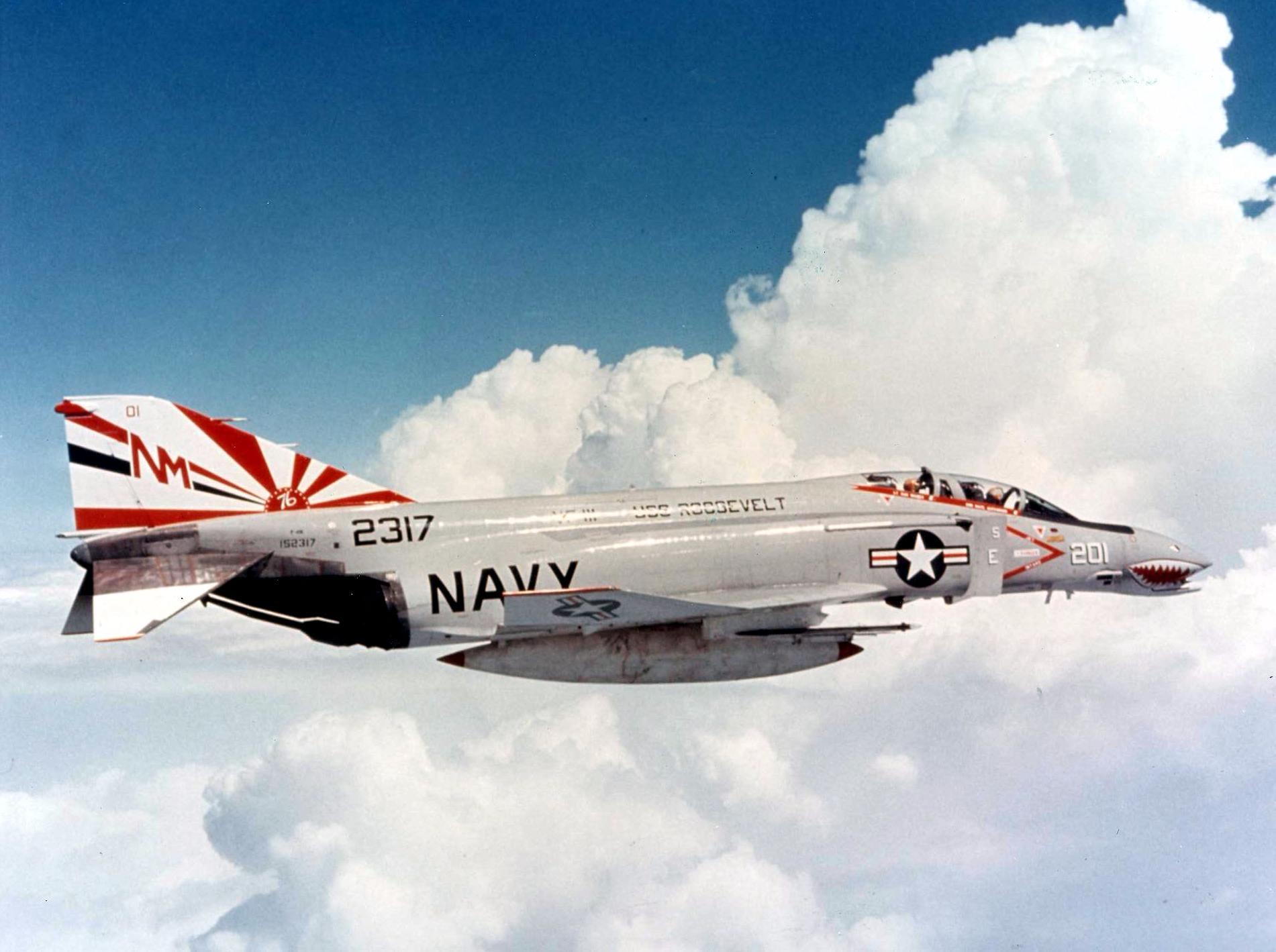 再說,其實那帽子上的圖樣在畫面上不太明顯,不確定是旭日旗,還是美國戰鬥機VF-111機尾的標示也有可能