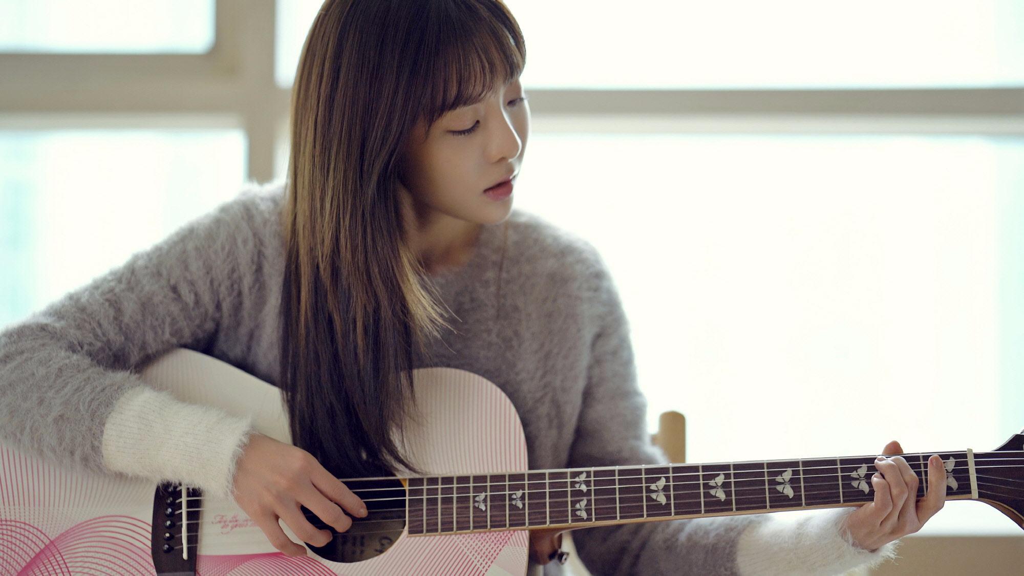尤其8月12日才宣布,Dara將首次演出電影的女主角~看來以團體之名回歸的可能性,在許多Blackjack(2NE1粉絲名)心中,已經有個底了吧