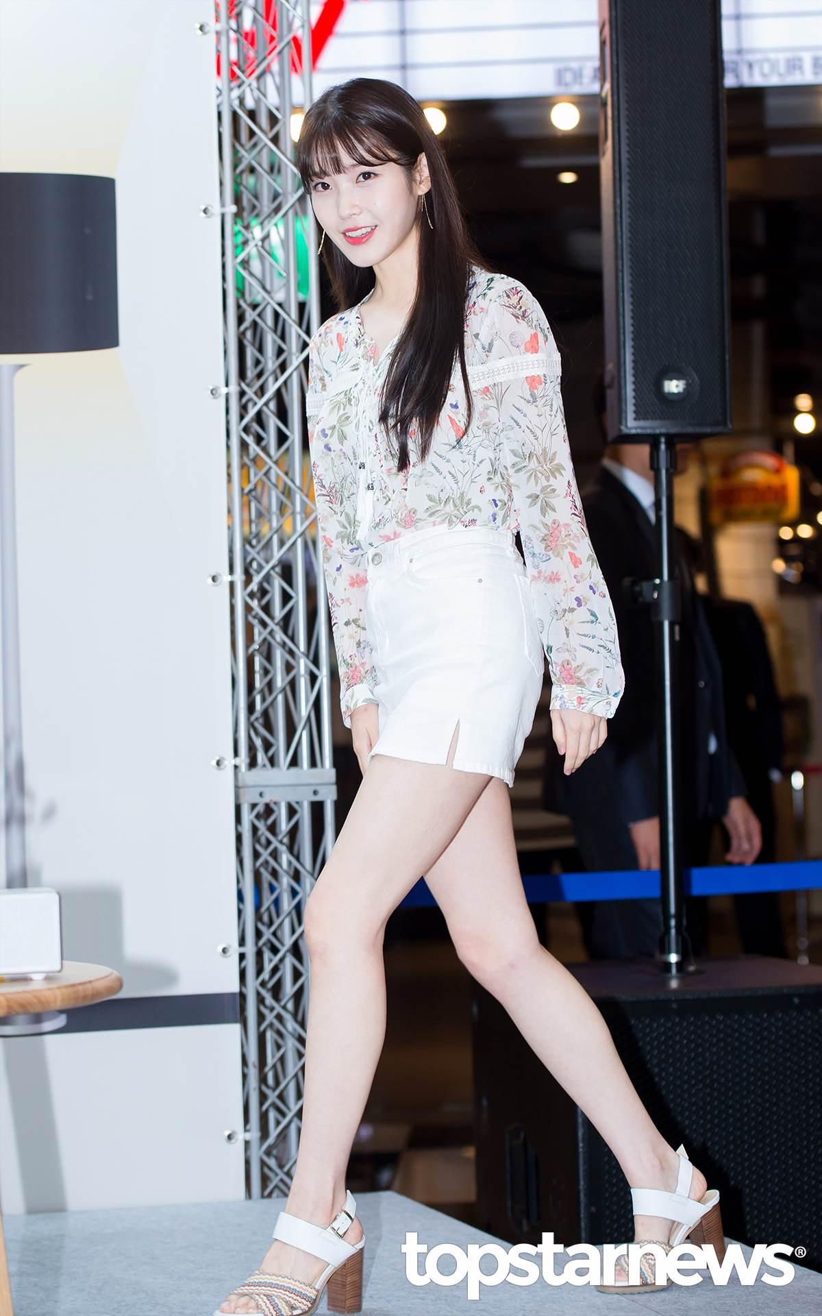 IU用加入了花朵印花圖案的民族風襯衫搭配白色迷你短裙,輕鬆地完成了一套夏季時尚穿搭,小清新中帶一點點性感魅力~