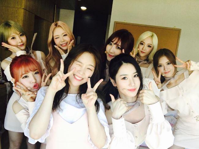 前陣子珉雅還上傳了一張和WANNA.B成員們的合照,大家有找到珉雅的姊姊在哪嗎?(笑)