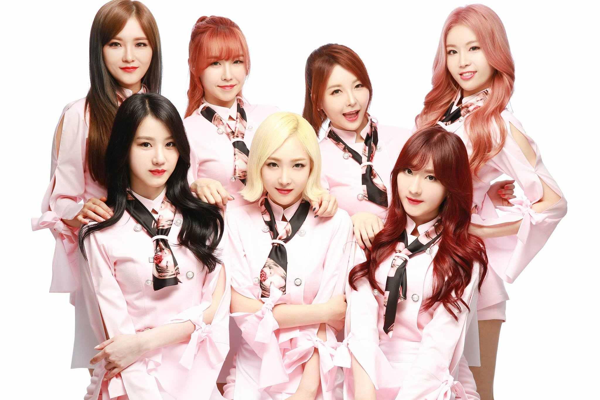 珉雅的親姊姊是女團WANNA.B的成員之一(上排左二),在今年六月以藝名Lina(린아)加入WANNA.B並正式出道。